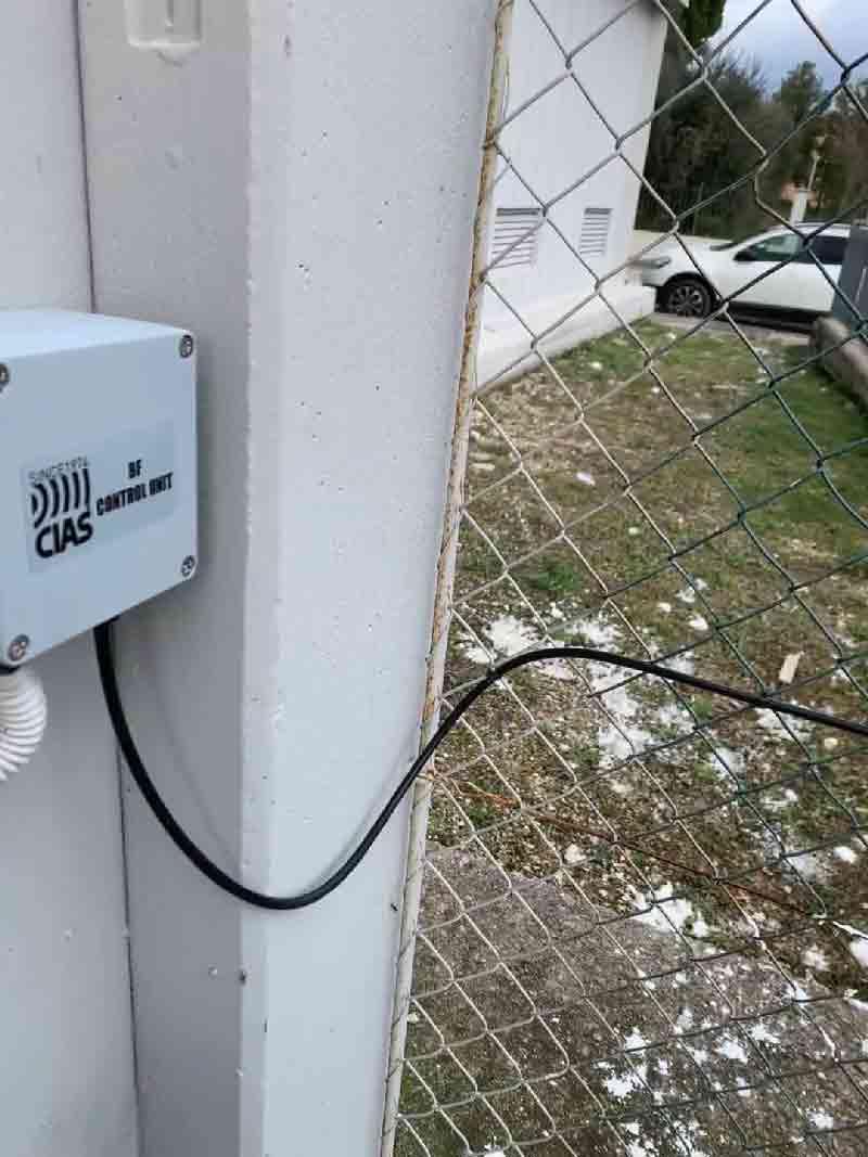 Fissaggio cavo microfonico per recinzioni